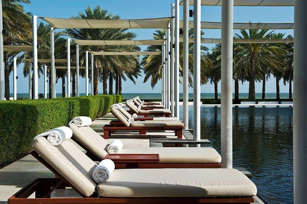 Sonnenliegen am Pool, The Chedi Muscat, Oman Rundreise